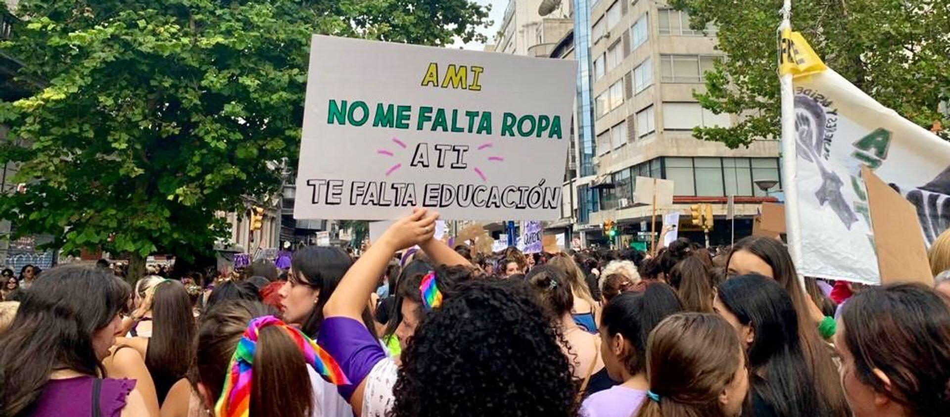 Mujeres sostienen una pancarta durante la marcha del 8M en Montevideo, Uruguay - Sputnik Mundo, 1920, 22.07.2020