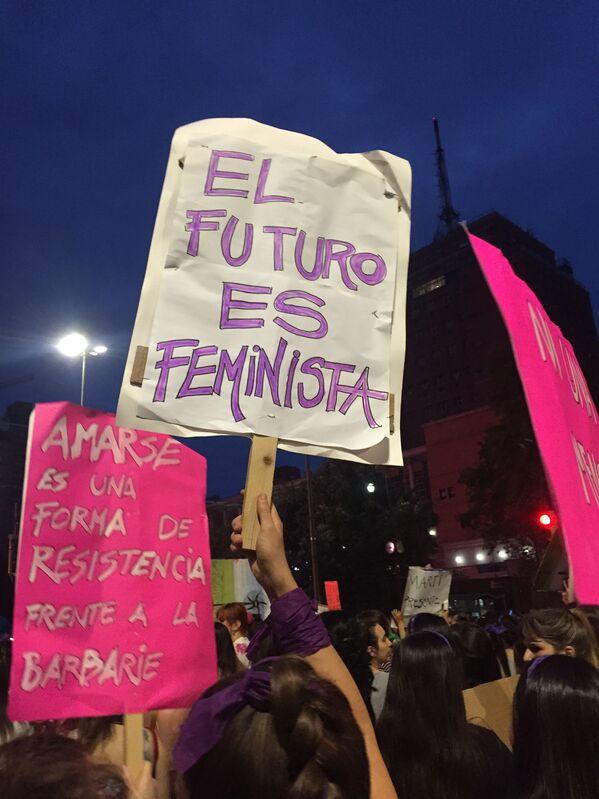 Una mujer sosteniendo una pancarta durante la marcha del 8M en Montevideo, Uruguay - Sputnik Mundo