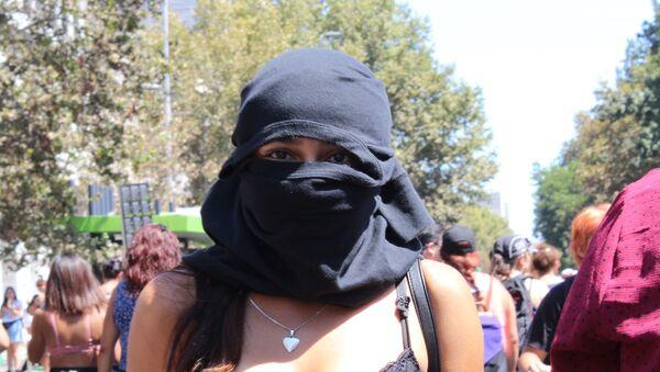 Una joven con capucha en la marcha del 8M en Santiago de Chile - Sputnik Mundo