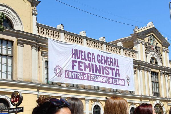 Un cartel a favor de la huelga feminista en la sede central de la Universidad de Chile - Sputnik Mundo