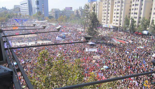 Vista desde arriba de la 'Plaza de la Dignidad' durante el 8M en Santiago de Chile - Sputnik Mundo