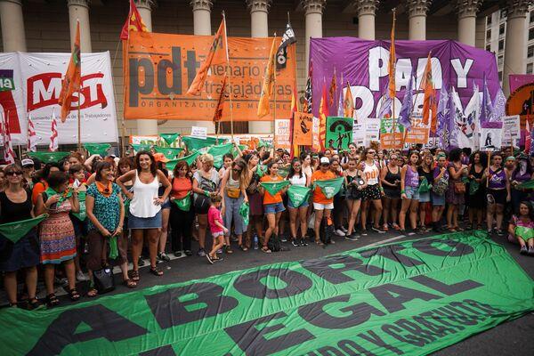 Mujeres se manifiestan por la despenalización del aborto frente a la Catedral Metropolitana de Buenos Aires - Sputnik Mundo