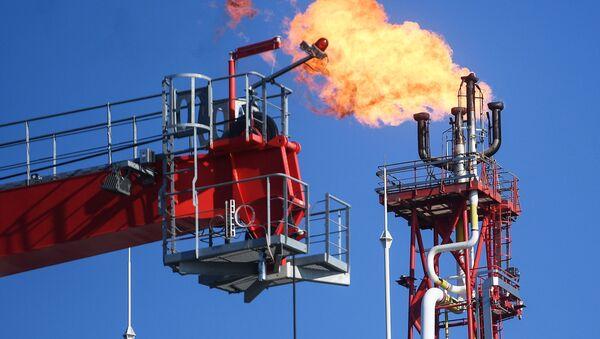 Una antorcha en una plataforma instalada en un yacimiento petrolero - Sputnik Mundo