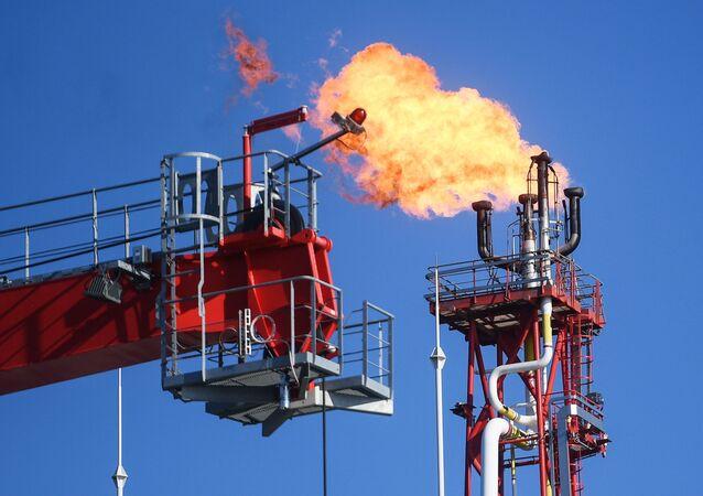 Una antorcha en una plataforma instalada en un yacimiento petrolero