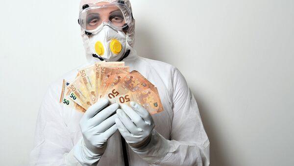 Una persona sostiene billetes de 50 euros (imagen referencial) - Sputnik Mundo