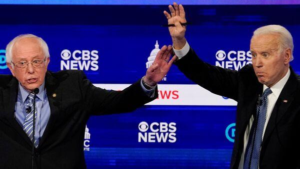 Joe Biden y Bernie Sanders durante el debate presidencial - Sputnik Mundo