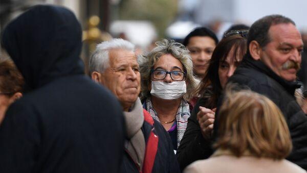 Una mujer en máscara protectora, Madrid - Sputnik Mundo