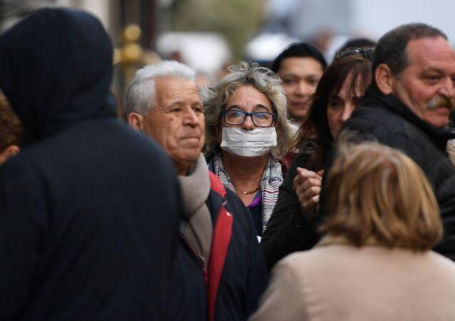 Una mujer en máscara protectora, Madrid