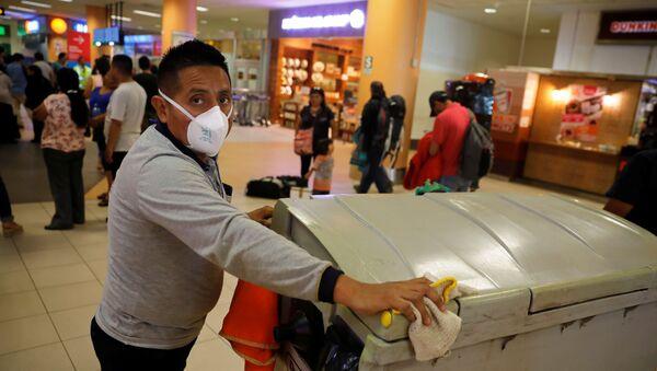 La gente en el aeropuerto de Jorge Chávez en Lima - Sputnik Mundo