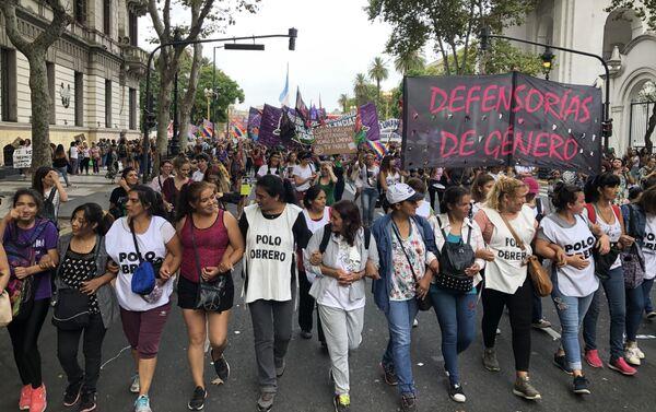 Mujeres marchando durante el 9 de marzo en Buenos Aires, Argentina - Sputnik Mundo