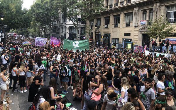 Mujeres marchando hacia la Plaza del Congreso el 9 de marzo en Buenos Aires, Argentina - Sputnik Mundo