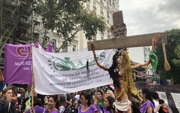 Mujeres manifestándose durante la marcha del 9M en Buenos Aires, Argentina - Sputnik Mundo