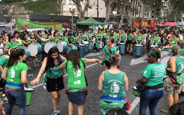 Mujeres manifestándose en una marcha hacia el Congreso de la Nación en Buenos Aires, Argentina - Sputnik Mundo