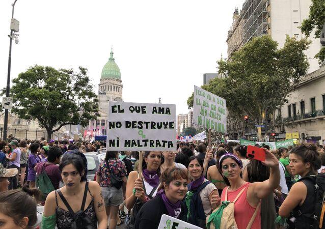 Mujeres manifestándose frente al Congreso de la Nación en Buenos Aires, Argentina