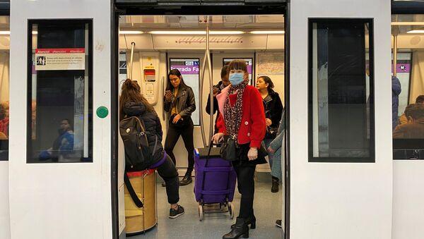 Una mujer con mascarilla en el metro de Barcelona - Sputnik Mundo
