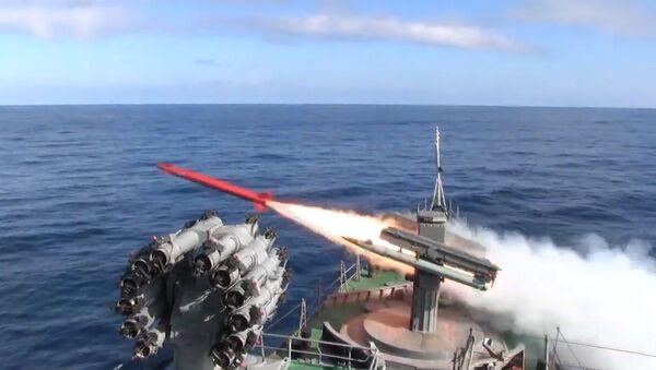 Armados hasta los dientes: buques rusos emplean en Kamchatka todo el armamento que tienen  - Sputnik Mundo