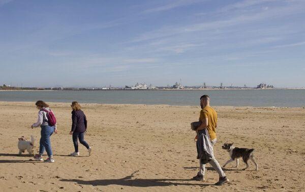 Vecinos de la localidad de Rota (Cádiz) con los destructores de EEUU en el horizonte - Sputnik Mundo