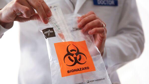 Un médico con una prueba para detectar el coronavirus - Sputnik Mundo
