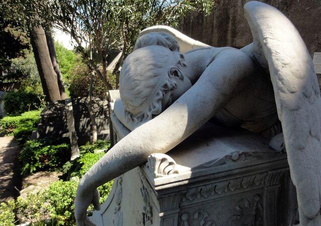 Escultura de un ángel en un cementerio