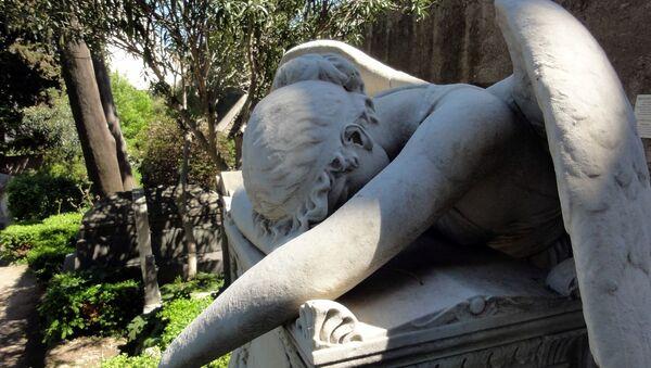 Escultura de un ángel en un cementerio - Sputnik Mundo