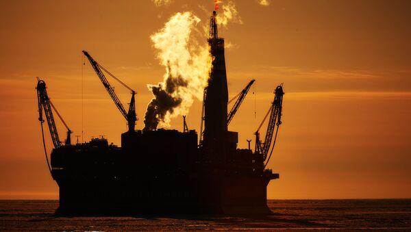 Una plataforma de extracción de petróleo en el mar - Sputnik Mundo