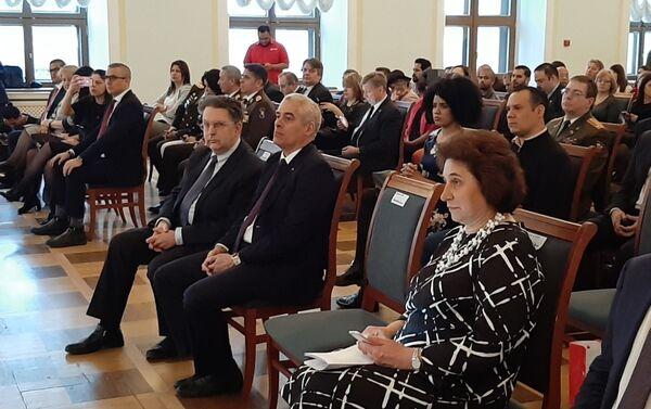 N. Samóilenko (d), embajador de Cuba G. Peñalver (c), A. Schetibib - Sputnik Mundo