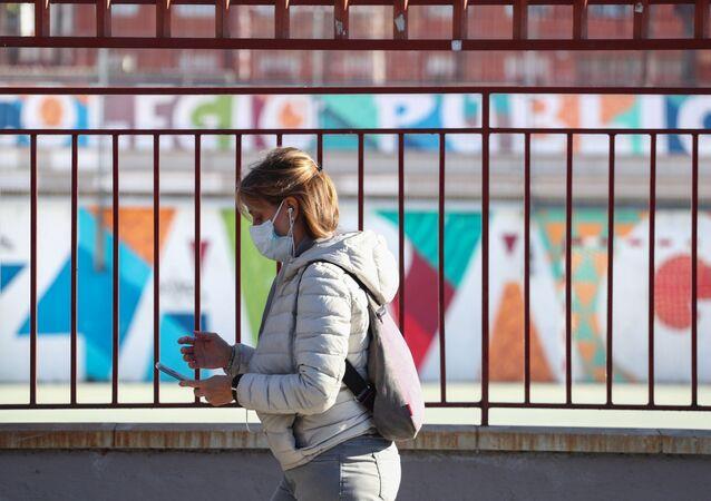 Una mujer con mascarilla en Madrid