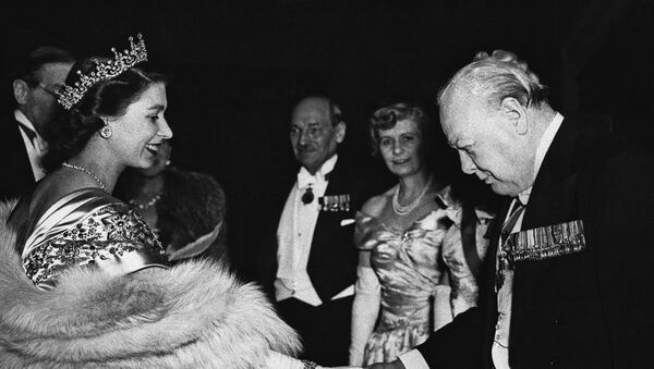 La princesa Isabel con Winston Churchill - Sputnik Mundo