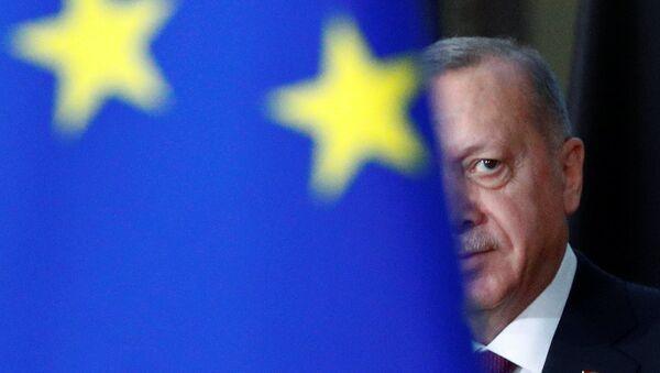 Recep Tayyip Erdogan, el presidente de Turquía, y la bandera de la UE - Sputnik Mundo