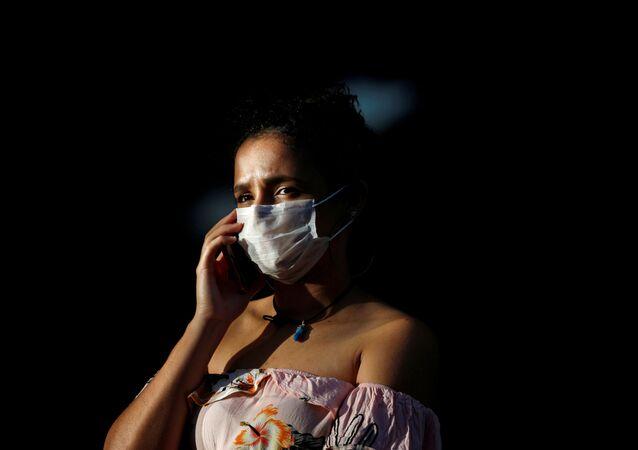 Una mujer con mascarilla en Brasilia