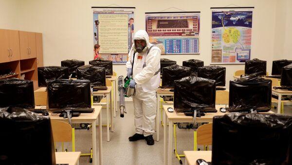 Desinfectación de clases por el coronavirus - Sputnik Mundo