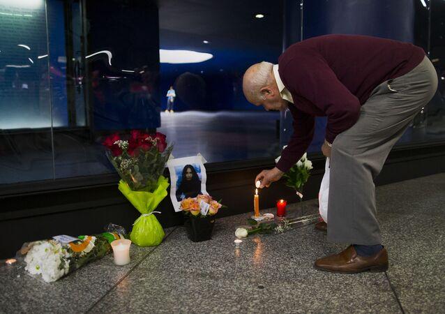 Un hombre enciende una vela para conmemorar a una de las víctimas del atentado del 11-M