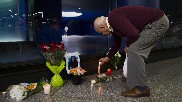 Un hombre enciende una vela para conmemorar a una de las víctimas del atentado del 11-M - Sputnik Mundo