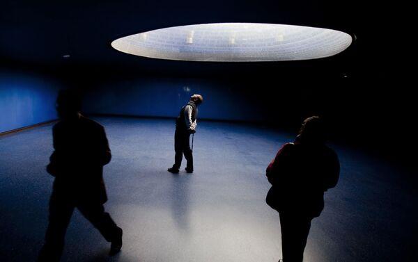 Un señor mira el museo en conmemoración a las víctimas ubicado en Atocha - Sputnik Mundo
