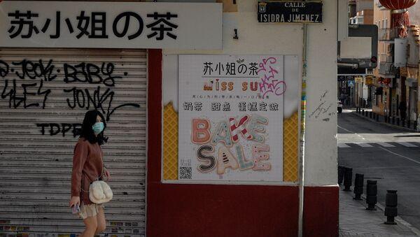 Viandante con mascarilla en el barrio de Usera (Madrid) - Sputnik Mundo