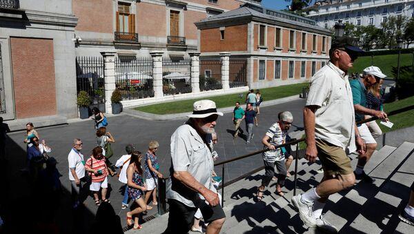 Turistas cerca del Museo de Prado en Madrid - Sputnik Mundo