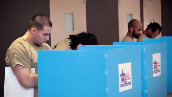 Un prisionero estadounidense votando en una cárcel - Sputnik Mundo