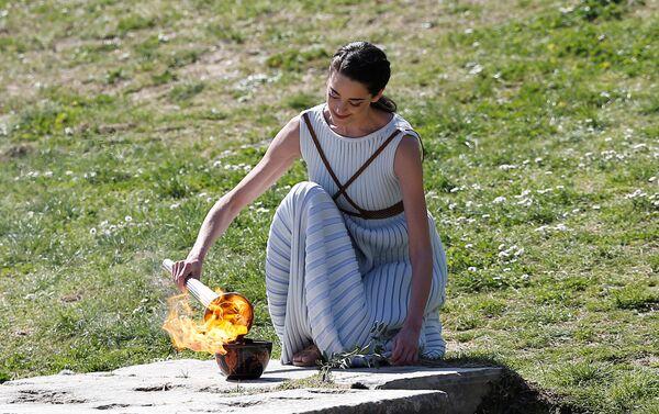 La ceremonia de encendido de la llama olimpica - Sputnik Mundo