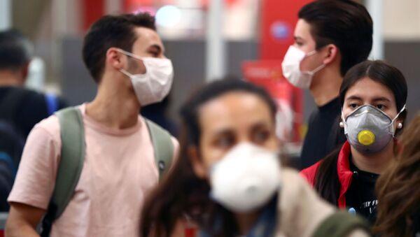 Unos jóvenes con mascarillas durante el brote de coronavirus en España - Sputnik Mundo