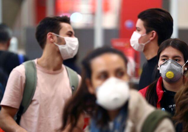 Unos jóvenes con mascarillas durante el brote de coronavirus en España