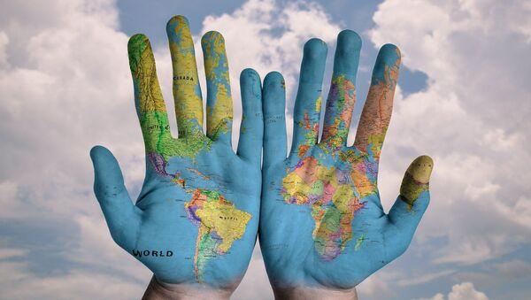 El mapa del mundo en unas manos - Sputnik Mundo