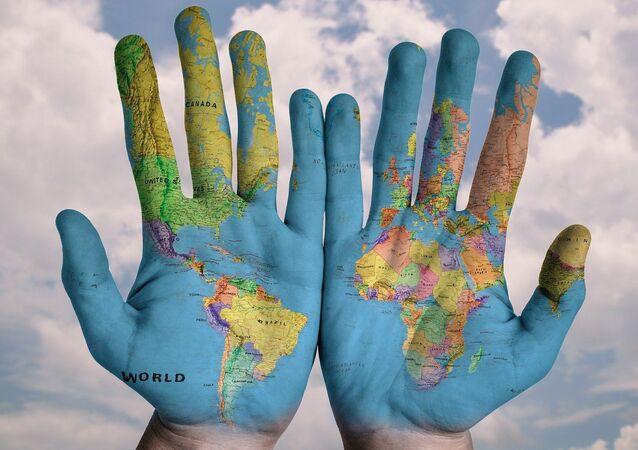 El mapa del mundo en unas manos