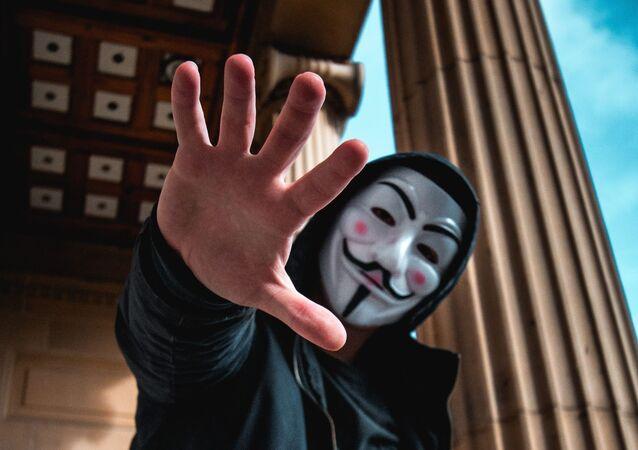 Hombre en la máscara (imagen referencial)