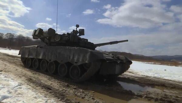 Tres, dos, uno... ¡fuego! Los tanques T-80BV prueban su eficacia en un polígono de Rusia - Sputnik Mundo