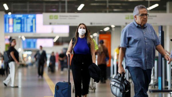 Una chica en mascarilla en el areopuerto de Brasilia - Sputnik Mundo