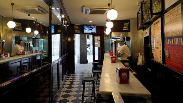 Un bar vacío en la Plaza Mayor de Madrid - Sputnik Mundo