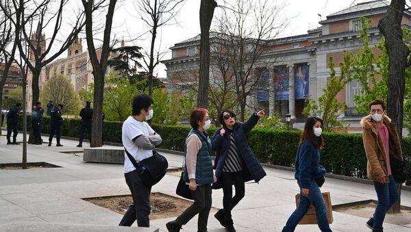 Turistas con mascarilla cerca del Museo del Prado (Madrid) - Sputnik Mundo