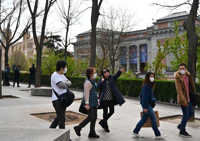 Turistas con mascarilla cerca del Museo del Prado (Madrid)