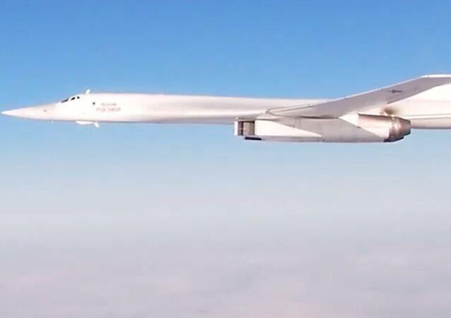 Los 'cisnes blancos' Tu-160 sobrevuelan el océano Atlántico