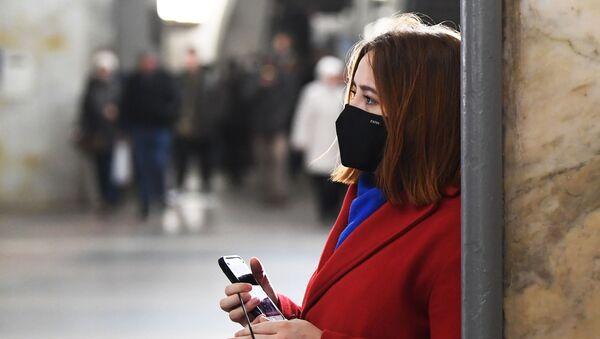 Una chica en mascarilla en el metro de Moscú - Sputnik Mundo